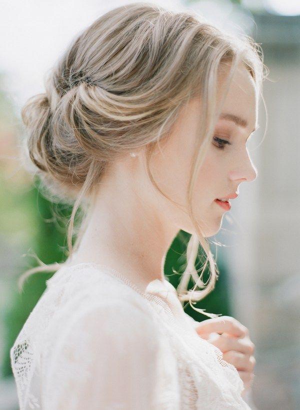 Eine Locker Fallende Naturliche Hochsteckfrisur Braut Brautfrisur