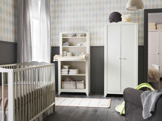 Ein Kinderzimmer mit HENSVIK Wickeltisch/Schrank in Weiß mit ...