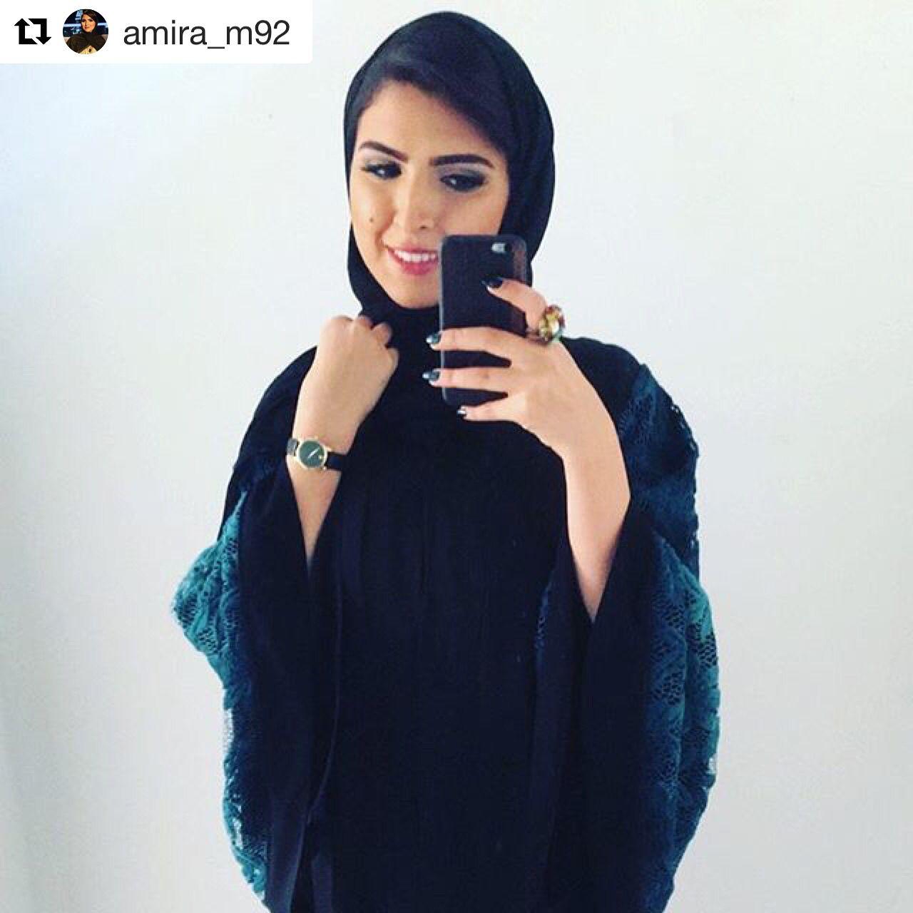 طلة أميرة اليوم عباية مزينة بالدانتيل الأزرق على الأكمام من تصميم سكابيوزا دبي مصممة تصميمي الإمارات أبوظبي عبايات أزياء Abaya Designs Fashion Style