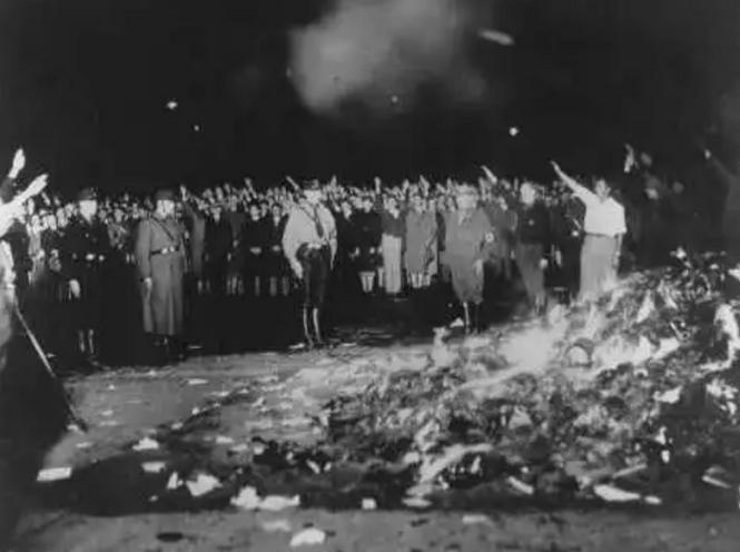 """Берлин, 1933, нацистское сожжение """"не правильных"""" книг."""
