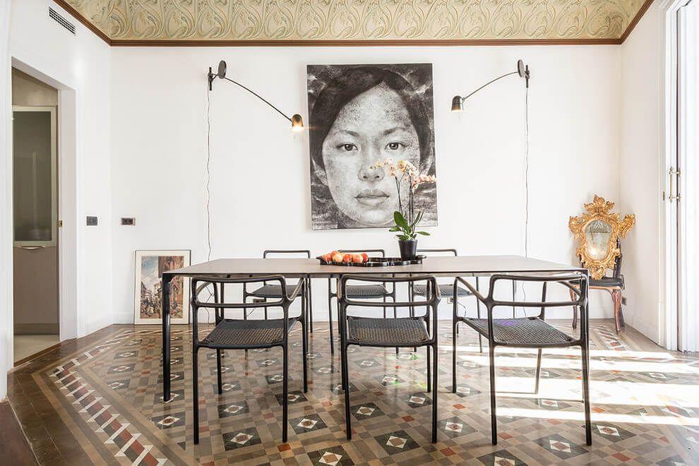 Nous voilà de retour à Barcelone. Mais bien loin de l'appartement en noir et blanc, très épuré aménagé par Katty Schiebeck, nous sommes, aujourd'hui, dans un appartement du 19ème siècle qui a conservé tout le charme des sols et plafonds d'origine, peints...