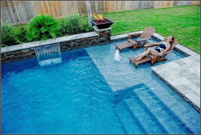 32 Amazing Small Backyard Designs Ideas With Pool Smallbackyardpools Smallbackyardwithpoolideas Small Swimming Pool Designs Backyard Pool Pool Landscaping