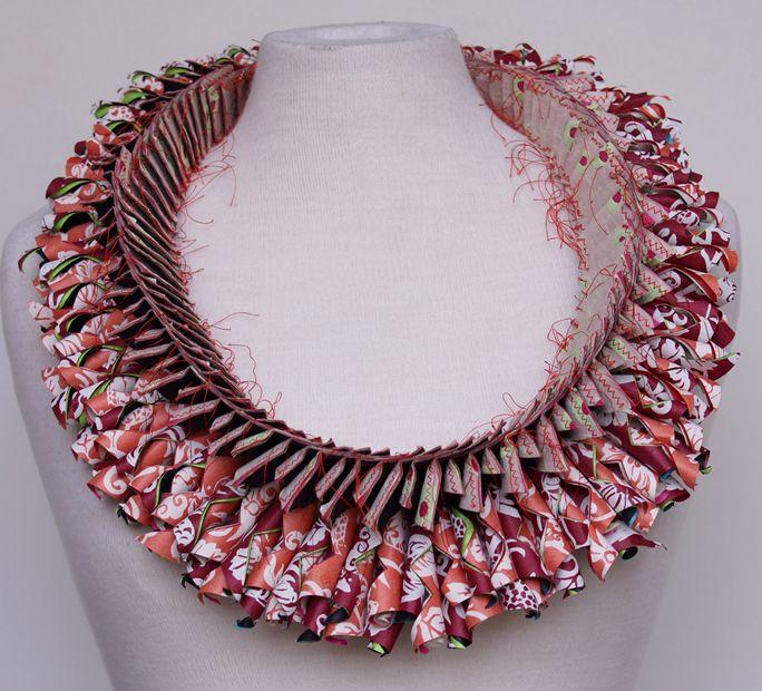 Luis Acosta:  Es un diseñador textil y de joyas internacionalmente reconocido. Es argentino y reside en Holanda. Sus joyas en papel han recorrido el mundo