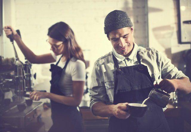 レストランなどで お客様に飲食物の提供 給仕 を行うギャルソン 一般的にギャルソンがつけているエプロンは黒いことが多いのですが その理由を知っていますか 実は コーヒーの歴史にも深く関わってくるのです バリスタ レストラン ウエイター
