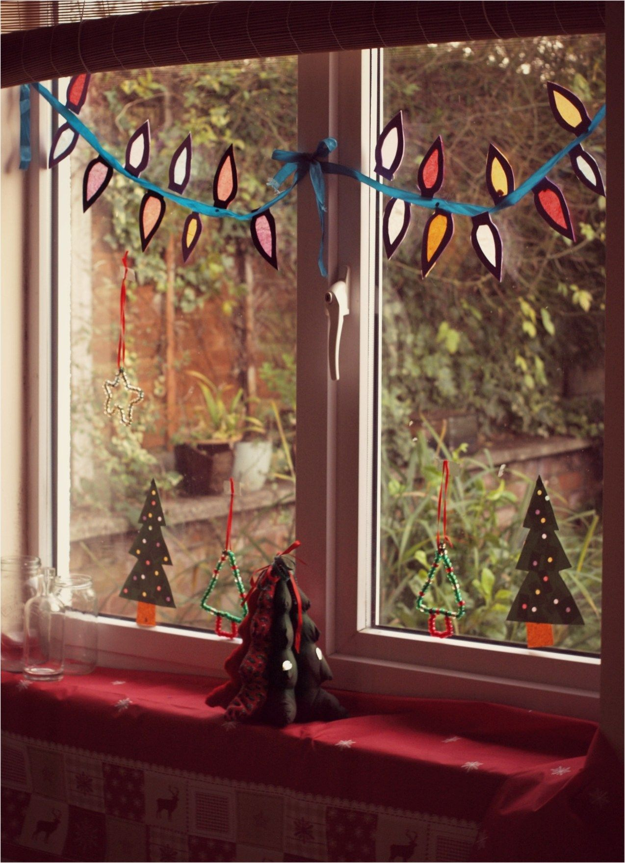 12 DIY Christmas Window Decoration Ideas   HomEnthusiastic ...