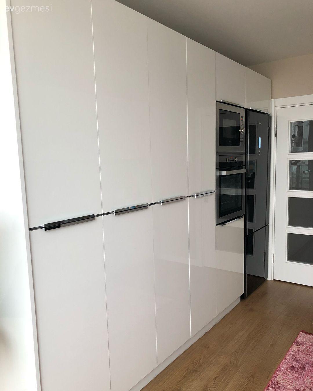 Modern stil mutfağında beyaz rengin sadeliğine yer veren ev ...