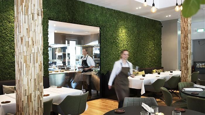 Moswand en decoratie in restaurant quarz muiderberg green