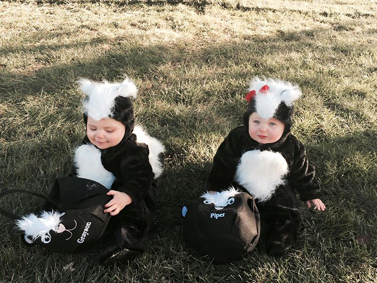 Parents Dress Their Adorable Twin Babies in Skunk Costumes for the u0027Lilu0027 Stinkersu0027 First Halloween  sc 1 st  Pinterest & Parents Dress Their Adorable Twin Babies in Skunk Costumes for the ...