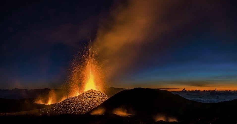 2.ago.2015 - Vulcão Piton de la Fournaise, um dos vulcões mais ativos do mundo, emite lavas na ilha de Reunião, no Oceano Índico. O Fournaise voltou a entrar em erupção na sexta-feira (31) e abriu uma fenda de 800 metros Imagem: Gilles Adt/Reuters