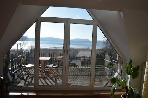 Ferienwohnung Seefrieden Felde Located in Westensee, Ferienwohnung Seefrieden offers free bikes. This self-catering accommodation features free Wi-Fi and a large balcony with lake view.  The apartment will provide you with a flat-screen TV and a balcony.