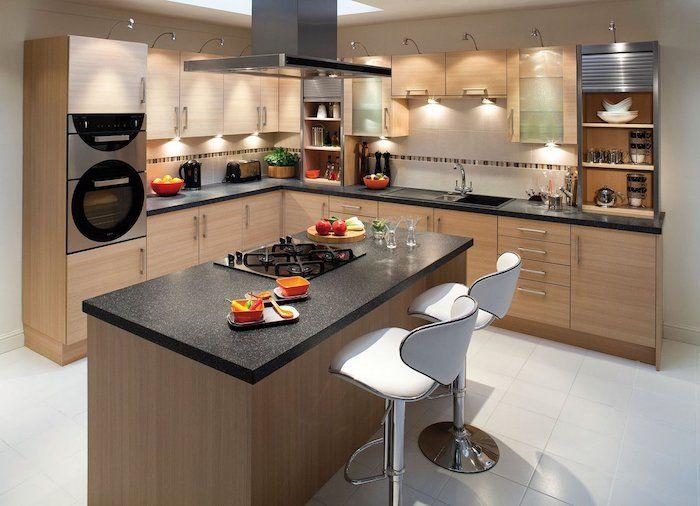 Cuisine Avec Ilot Central, Carrelage De Sol En Blanc, Plafond Blanc Avec  Fenêtre,
