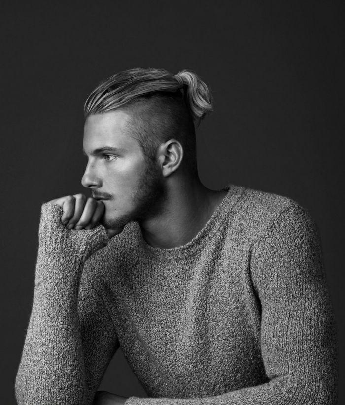 coiffure viking, coupe de cheveux bjorn, man bun cheveux mi longs, blouse  grise