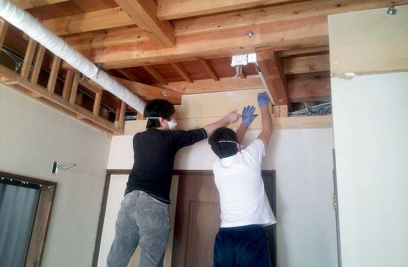 木組みの下地に石膏ボードを固定し壁を塞ぐ 石膏ボード 壁 チップソー