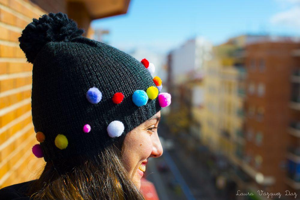 DIY: gorro con pompones de colores