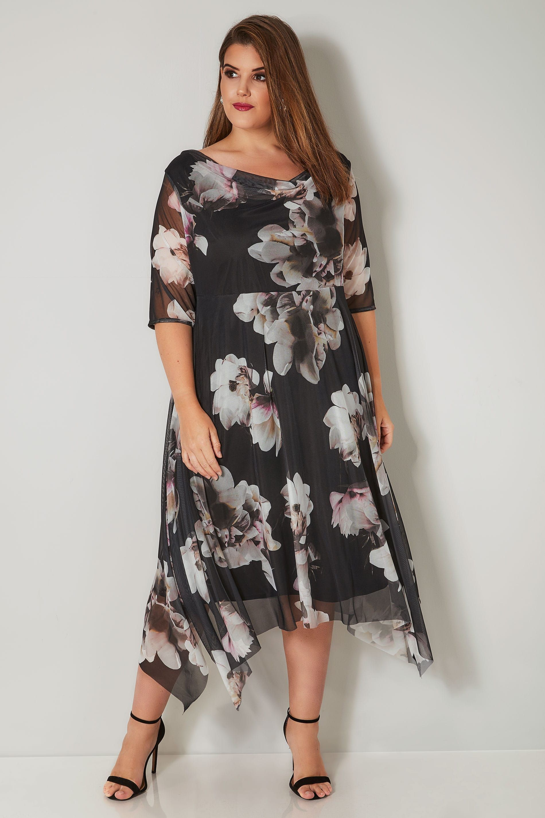22 Chic Plus Size Bridesmaids Dresses A Blush Floral Maxi Dress With Short Sleeves And An Illu Bridesmaid Dresses Plus Size Maxi Dress Plus Size Maxi Dresses
