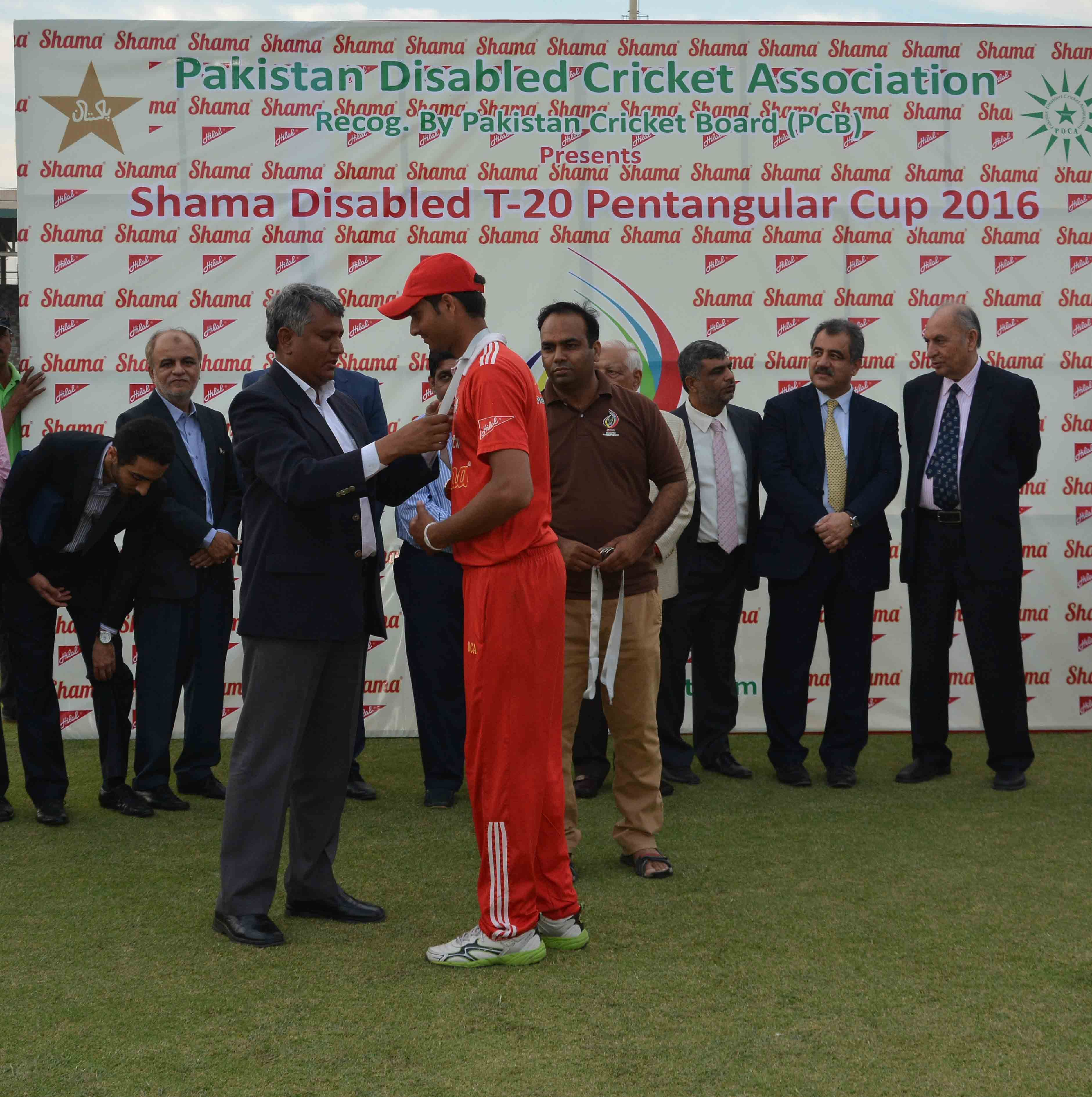 Mr Arshad Khan Gm National Stadium Giving A Medal To Matloob Qureshi Balochistan Captain At National Stadium Karachi National Stadium Balochistan Captain