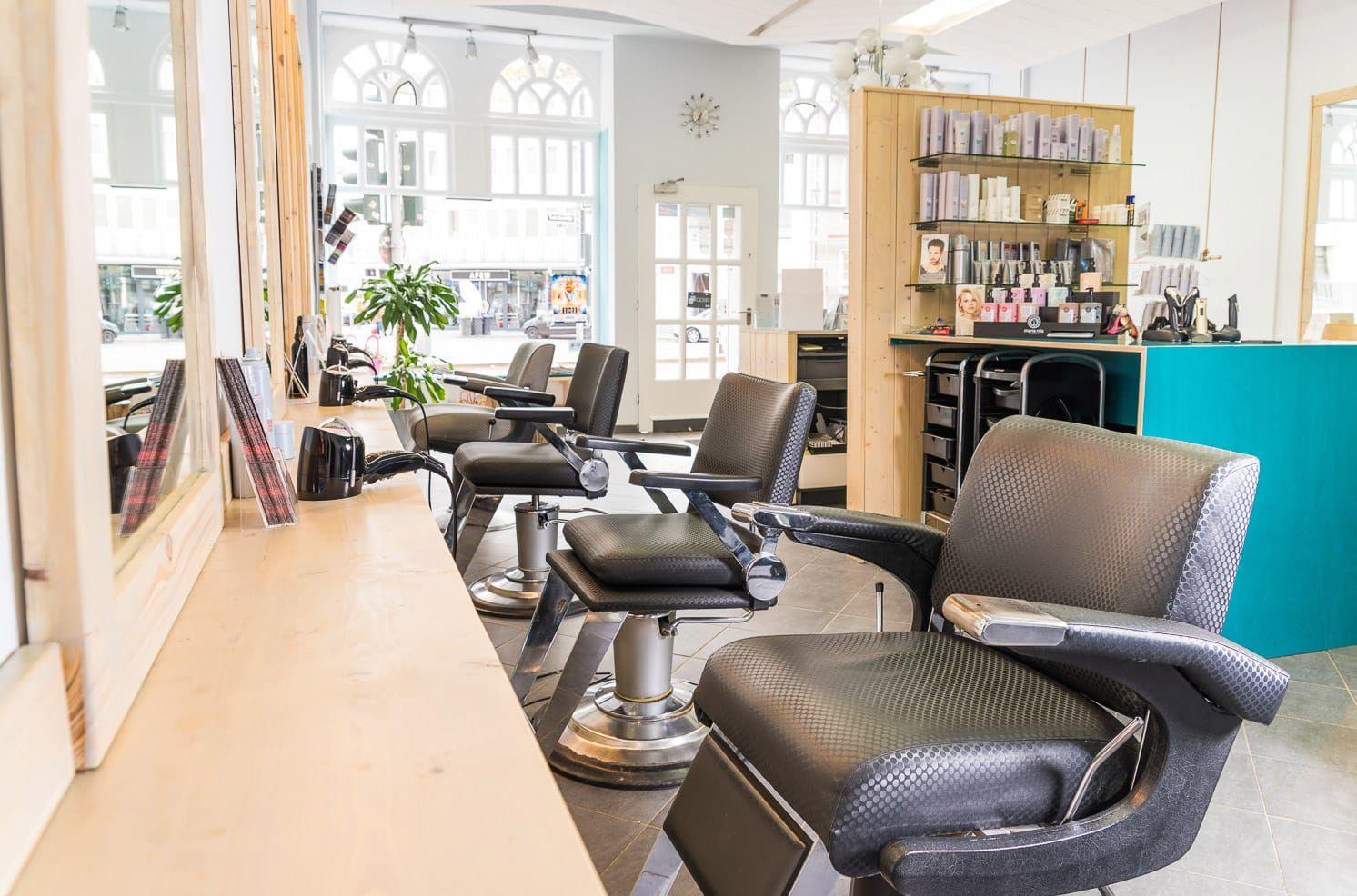 Die Beleuchtung In Diesem Haarstudio Ist Erstaunlich Das Wurde Einem Friseur Wirklich Helfen Seinen Job Zu Machen Mit Bildern Innenarchitektur Schnittchen Architektur