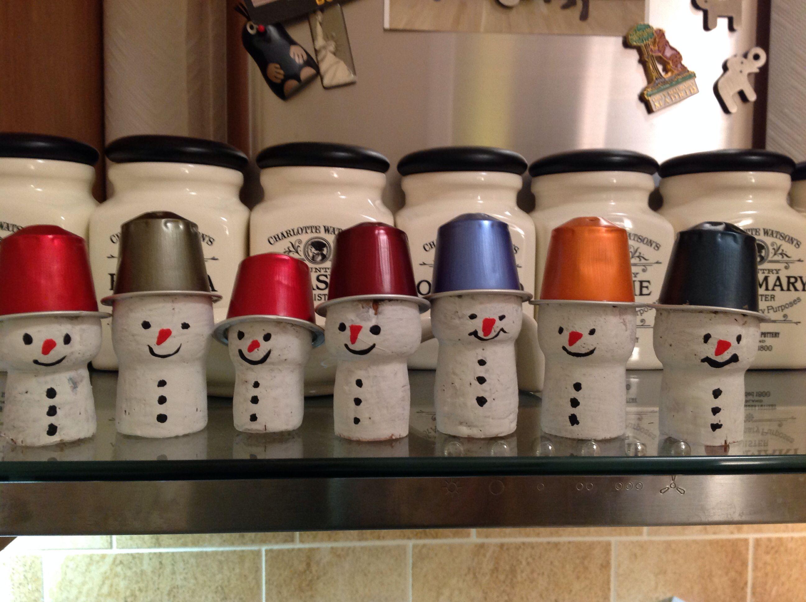 Bonhomme de neige avec des bouchons de champagne et des capsules de caf bricolage de no l - Decoration avec capsule nespresso ...