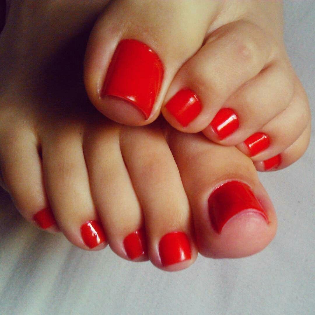 Красные ногти на ногах в чулках 4