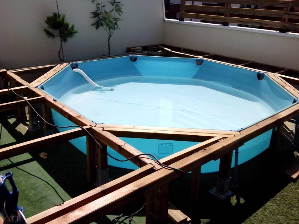 Tarima de madera en una piscina de pl stico la piscina for Constructor piscinas