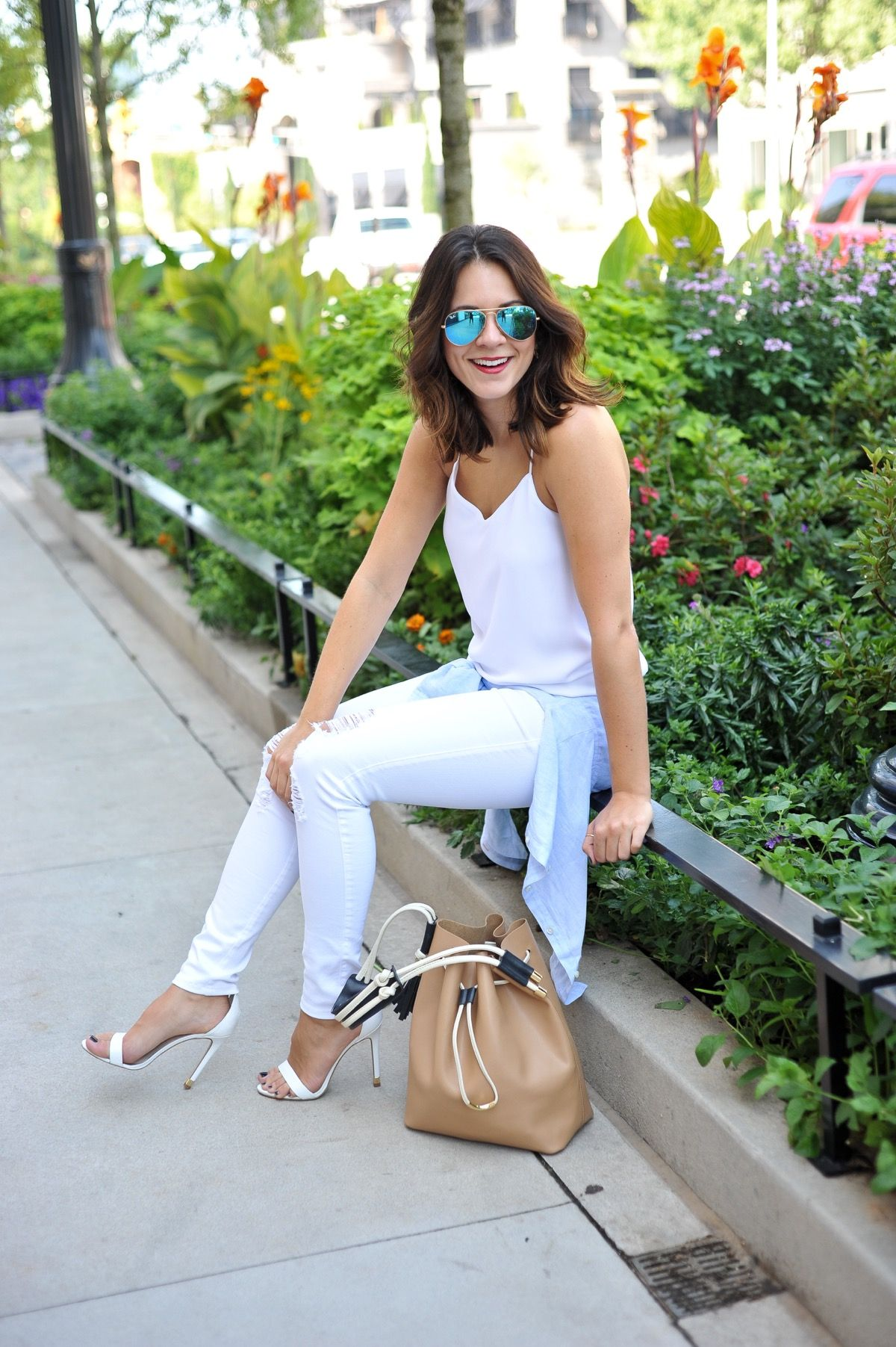 How To Style White Jeans In Autumn
