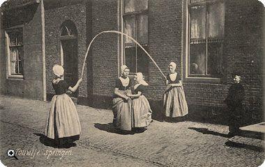 Dorpsplein te Koudekerke : touwtje springen voor de Herv. pastorie in 1908