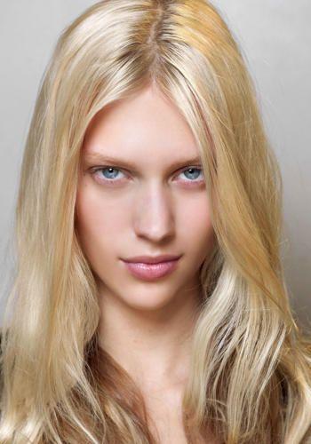 Hai mai pensato di usare il blush come ombretto? Ci hanno pensato i make-up artist nei backstage delle sfilate primavera 2013. Ecco 4 modi di applicarlo per creare un inedito trucco monocromo rosa sugli occhi.