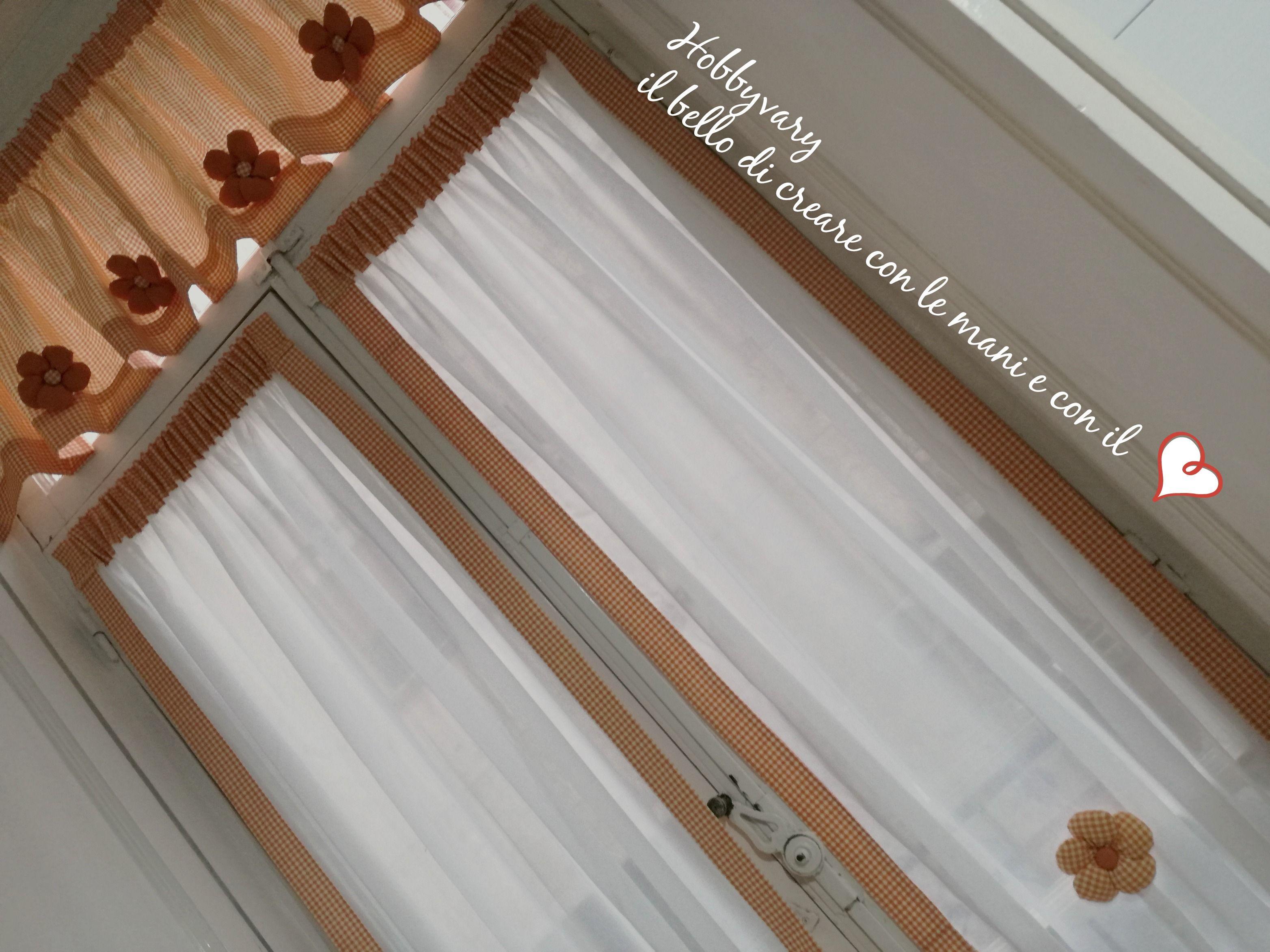 Tende Da Finestra Stile Country : Tende a vetro con mantovana e fiori di stoffa stile country idee