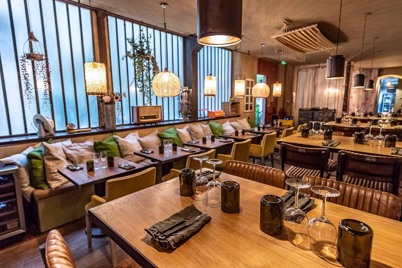 Decoration Du Restaurant Gastronomique Les Cuivres Dans Le 11eme Arrondissement De Paris Restaurant Vintage Restaurant Mobilier De Salon