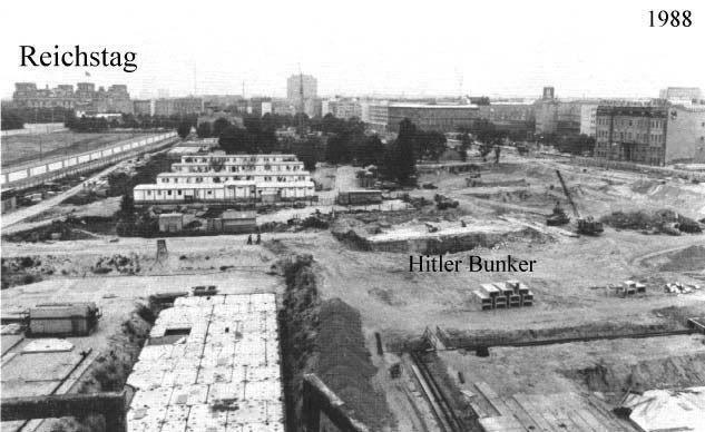 L'emplacement du bunker de Hitler et à l'arrière au loin, le Reichstag.