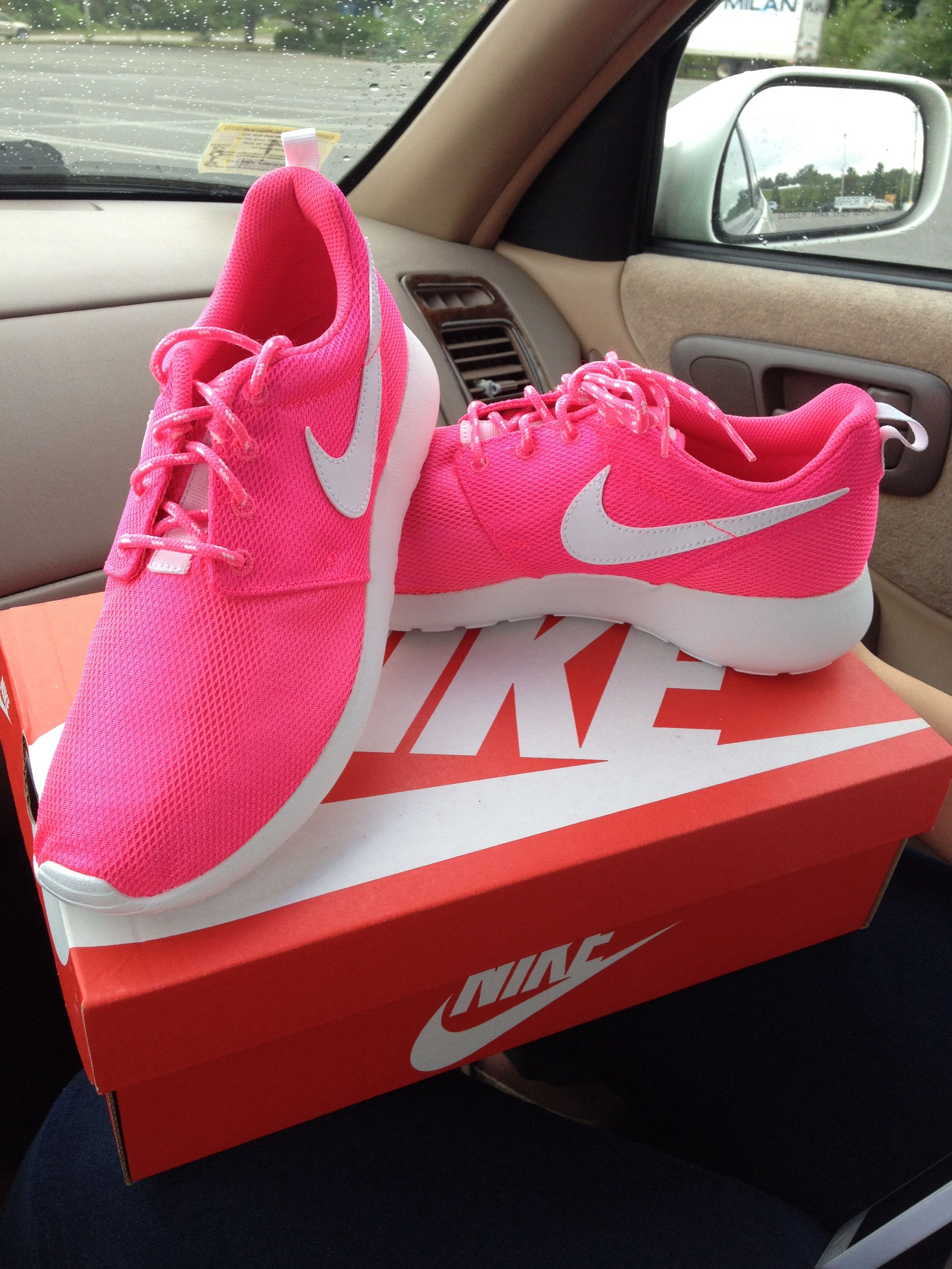 Hot pink roshe runs! | Pink nike shoes