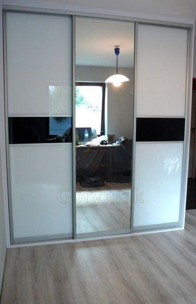 Ascetyczne Wnetrza Z Lustrzana Szafa Laczona Z Czarnym I Bialym Lacobelem W Profilach Wardrobe Door Designs Living Room Tv Unit Designs Wardrobe Design Bedroom