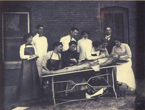 Mujeres estudiantes de medicina en una disección (1895)