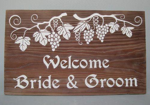 たわわに実った葡萄とその葉をテーマにしたウェルカムボード。ワイナリーのワイン樽のような雰囲気。 #葡萄 #grape #ウェルカムボード #wood  #sign #wedding