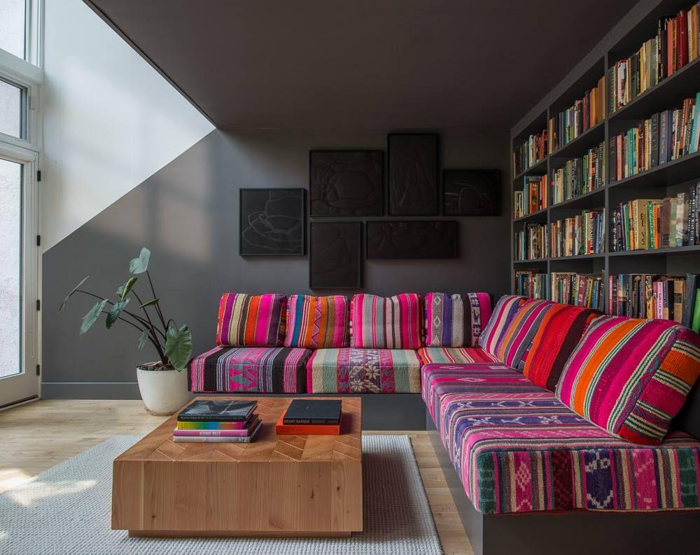 Bureau de style marocain. couleur. coloré. fushia rayé bureau