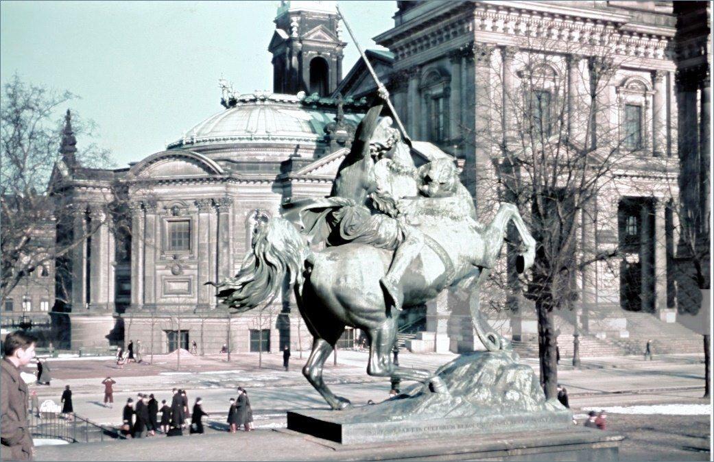 Aus Spaziergange In Berlin Foto Von Michael Sobbota 1935 1940 Fragmente Https Www Gettyimages Com Photos Ullstein Bild Sobotta In 2020 Bilder Ullstein Fotos