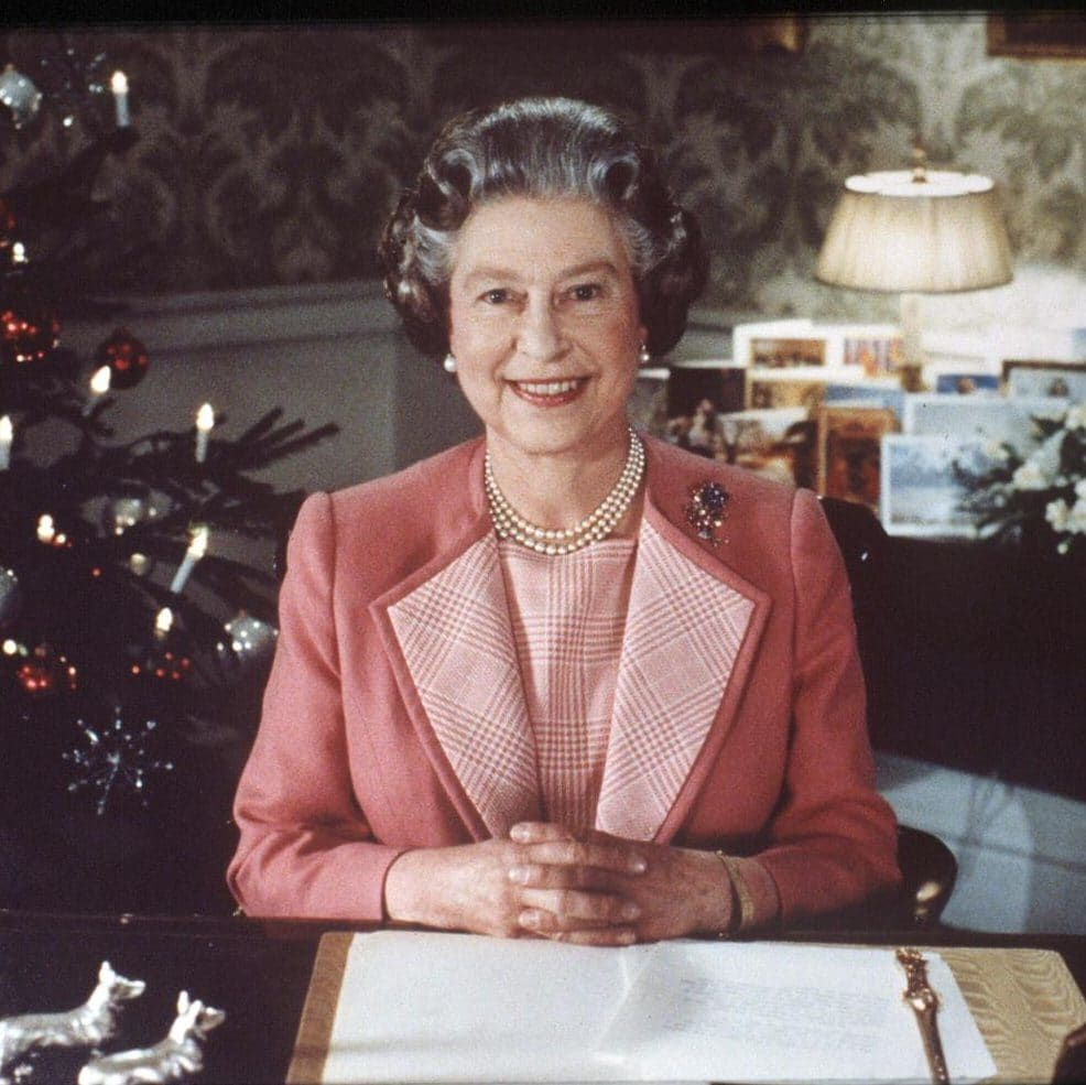 Foto Natale Famiglia Reale Inglese 1990.Remembering The Royal Family S Festive Fashion Over The Years Queen Elizabeth Laughing Queen Elizabeth Queen Elizabeth Ii