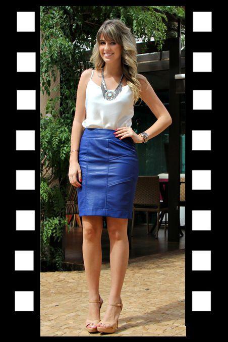 Look do dia_look para trabalhar_look inspiração_saia lapis azul klein de couro e regata branca com maxi colar