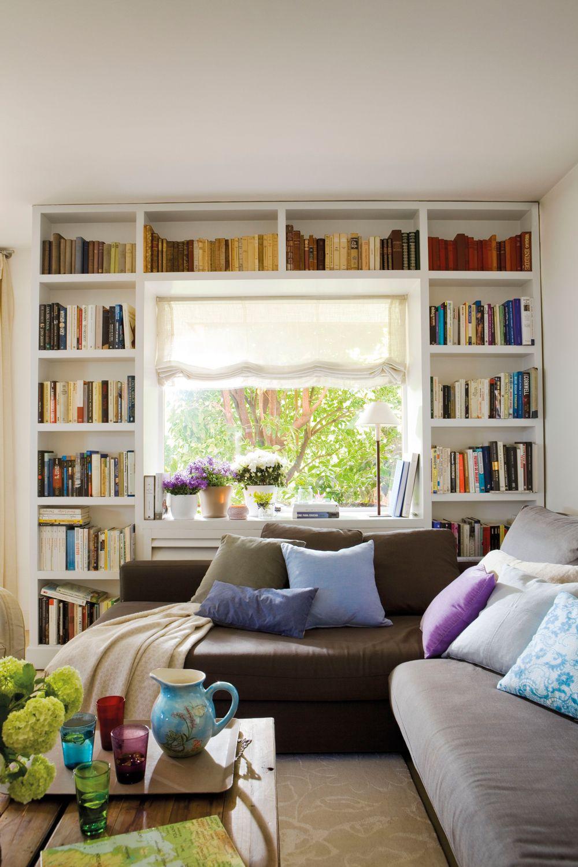 Librería a media realizada alrededor de la ventana y chaise longue ...