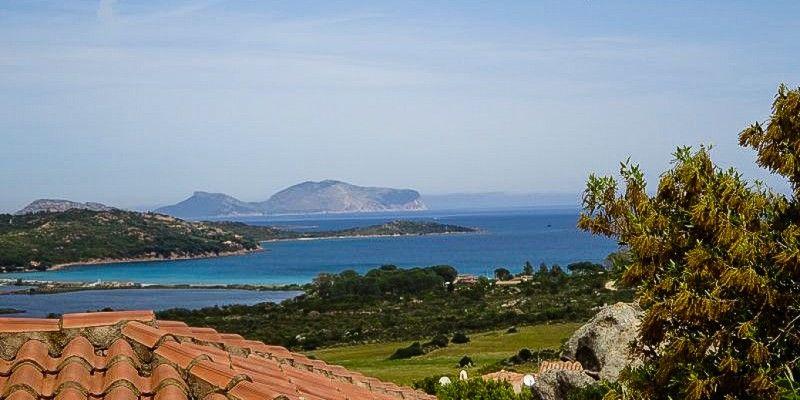 Blick auf die #Küste #Sardiniens von der #Residence Lu Nibareddu © Carina Krottmair