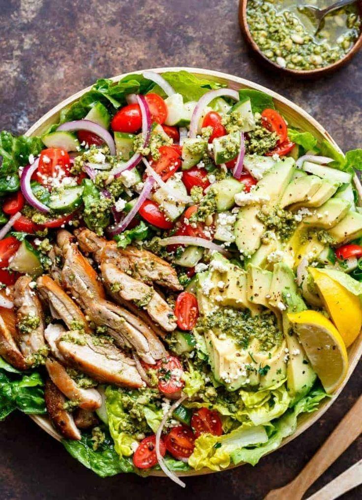 Mediterraner Salat mit gegrilltem Hähnchen Avocado  hausgemachtem Pesto  ein