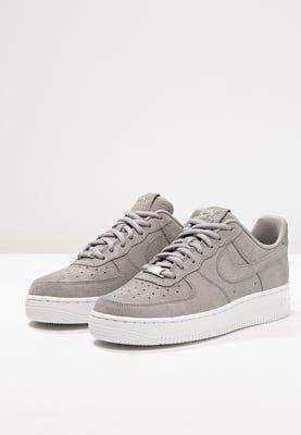 Nike Sportswear Air Force 1 07 Premium Sneaker Low Medium Grey Offwhite Zalando De Nike Schuhe Schuhe Damen Nike Schuhe Outfits