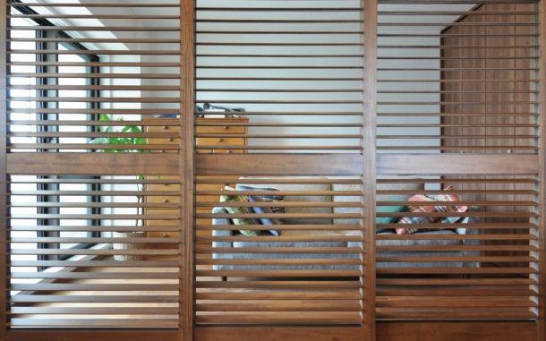 戸塚の家 元和室を居間と一体にして可動ルーバー引き戸で間仕切ること