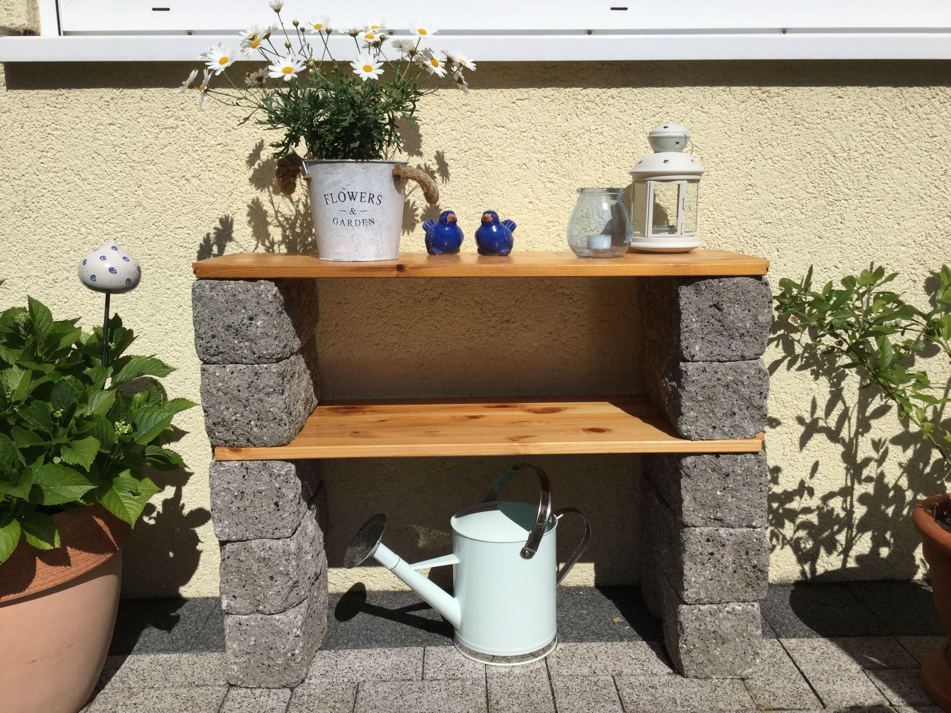 Ein Paar Steine Ein Paar Bretter Mit Einfachen Mitteln Ein Schones Gartenregal Gebaut Gartenregal Gartendekoration Garten Deko