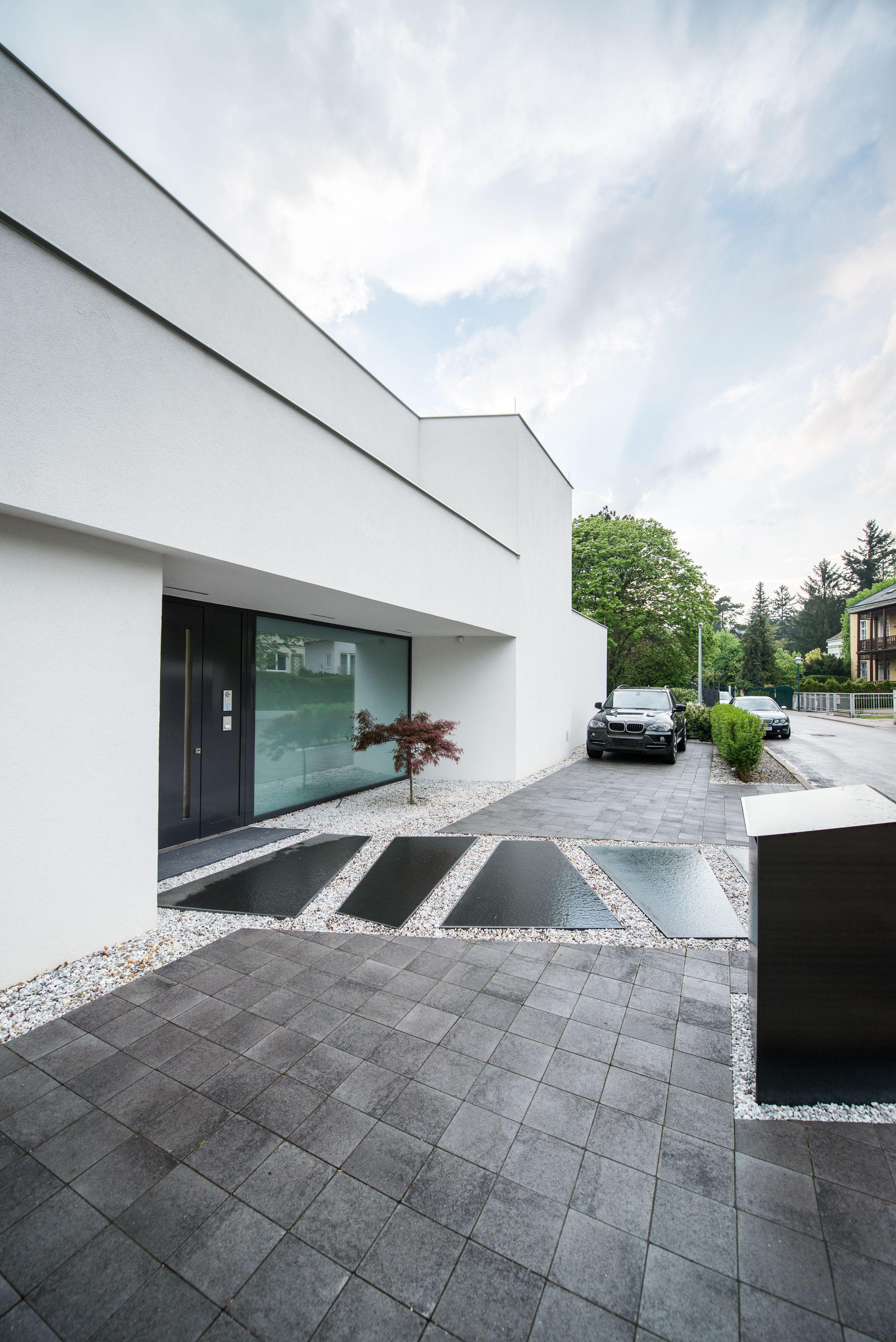 puristische villa auf der straßenseite mit japanischem ahorn und