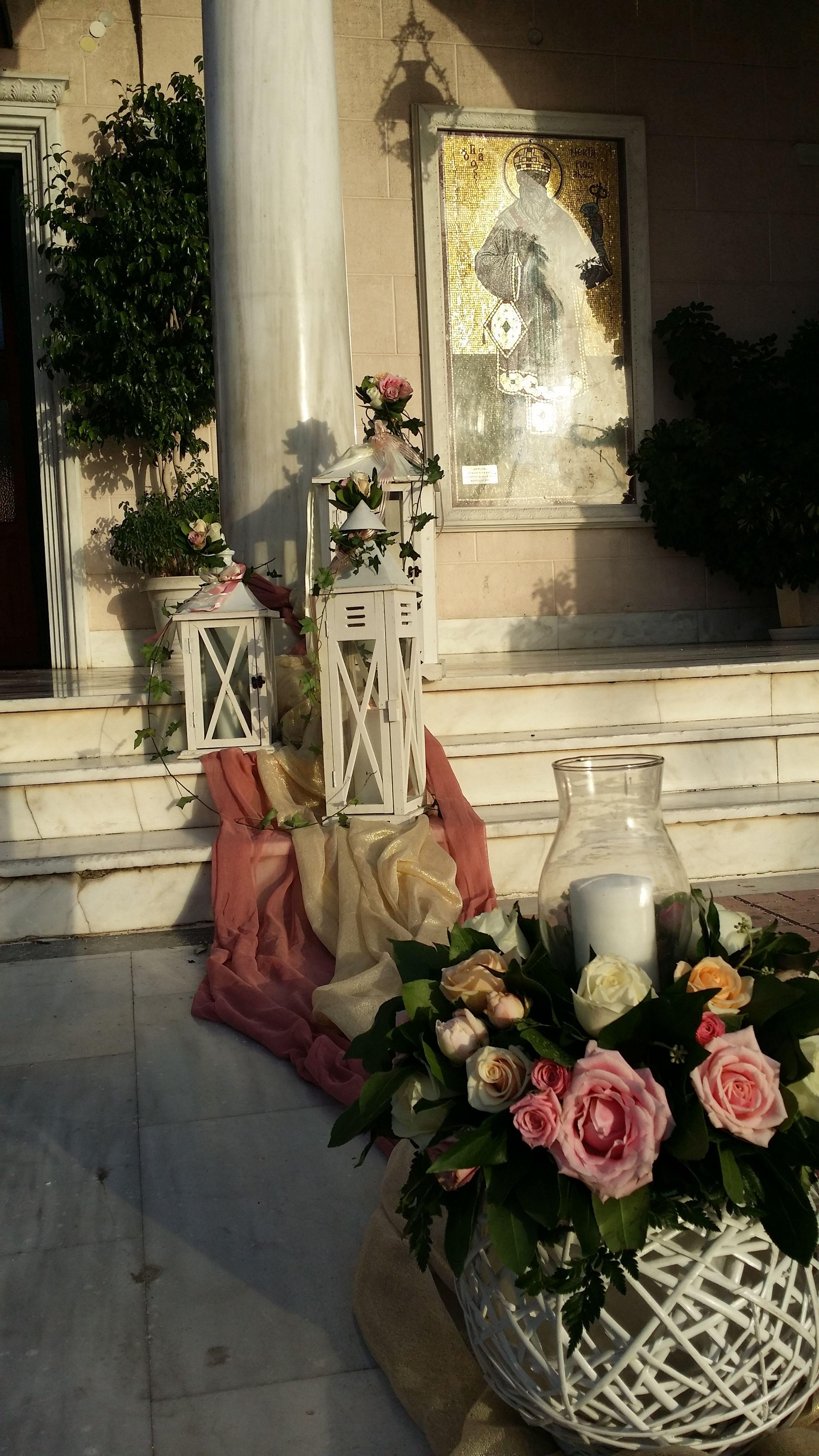 5b99c35a018e Ο εξωτερικός στολισμός του γάμου σας στην εκκλησία περιλαμβάνει  τριαντάφυλλα