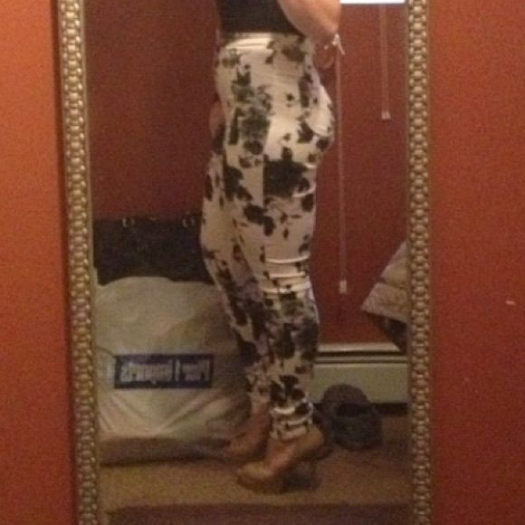 Floral high waisted pants Stretch black n white ..high waisted worn a few times.... sexy comfy .... Pants Skinny