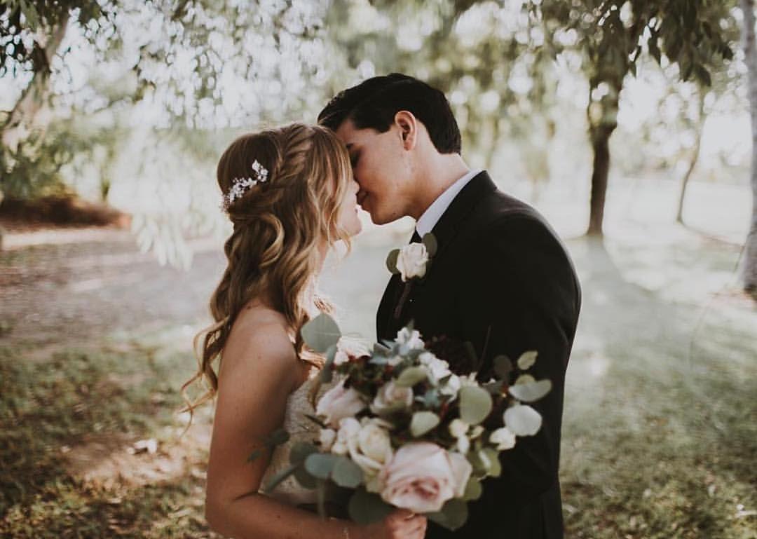 Bild könnte enthalten: eine oder mehrere Personen, Hochzeit, Blume und im Freien