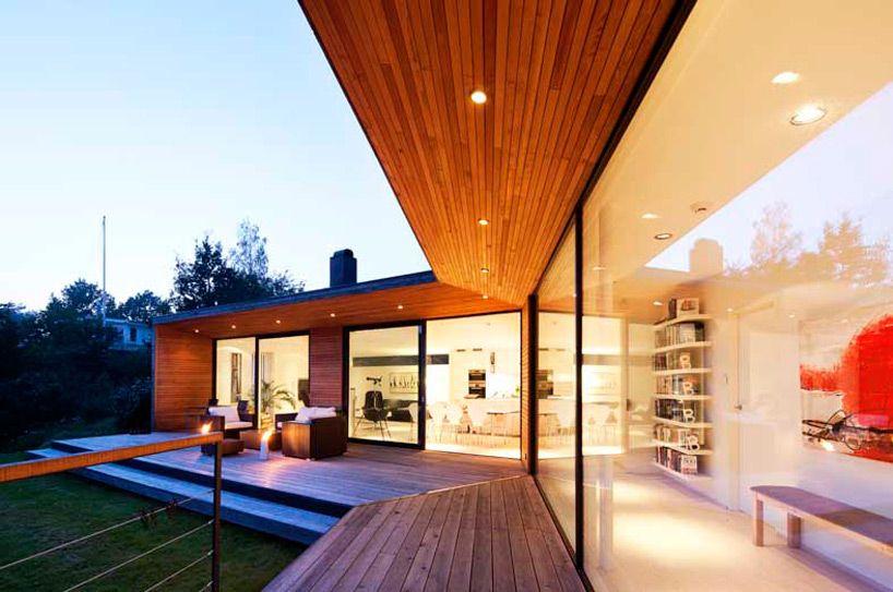 スウェーデンの海沿いの120度の家のテラス 家のデザイン 住宅建築