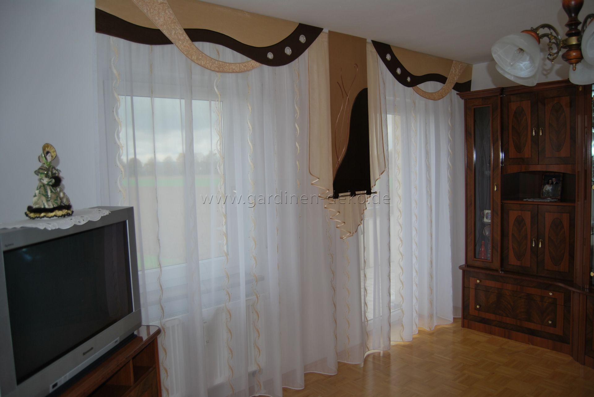 klassischer wohnzimmer vorhang mit braun beige t nen und wellenschabracken. Black Bedroom Furniture Sets. Home Design Ideas